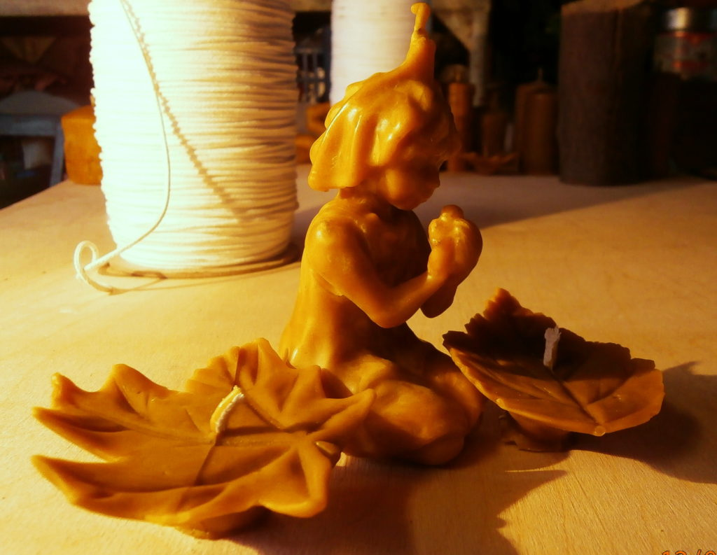 Tvorenie sviečok zo včelieho vosku.